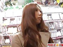 Азиатски мадама обича обществени секс
